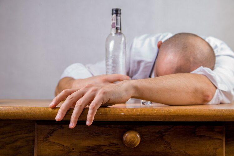 酔っぱらって寝ている男